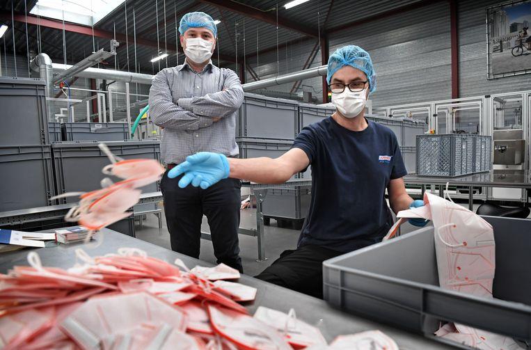 Joost Verlaan (l) van filterproducent Afpro in Alkmaar. Beeld Marcel van den Bergh