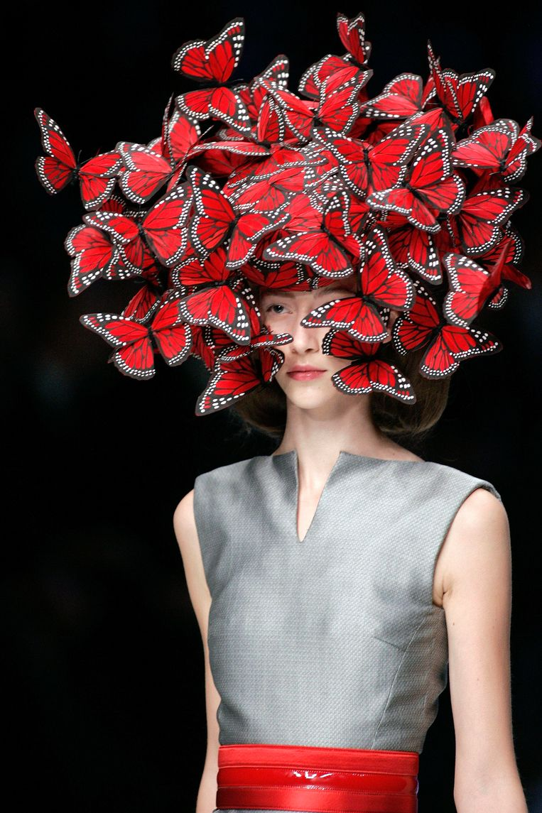 Een hoed met vlinders uit 2006. Een andere keer stuurde de ontwerper een model de catwalk op met een doos vol - jawel - levende motten. Beeld AP