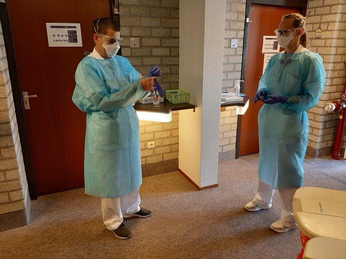 Verplegend personeel op de corona-afdeling in het noodhospitaal De Dillenburg in Ermelo tijdens de eerste coronagolf in april 2020.