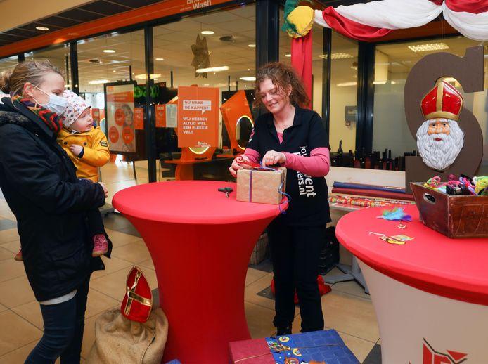 Karin de Ruijter (rechts) pakt vakkundig een cadeautje in. De mama van Amelie heeft immers haar handen al vol.
