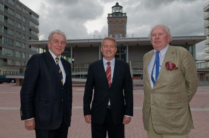 Luc De Groote (midden) werd in 2009 voorgesteld als nieuw hoofd van toerisme. Op foto: zijn voorganger Danny Despieghelaere, Luc De Groote en burgemeester Leopold Lippens.