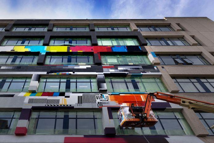 De graffiti in wording op het Videolab op Strijp-S in Eindhoven.