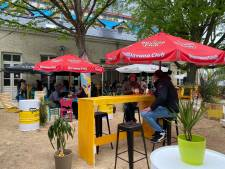 Nieuwe zomerbar geopend in tuin van Baudelokapel: huisgemaakte cocktails, taco's, dips en surfborden