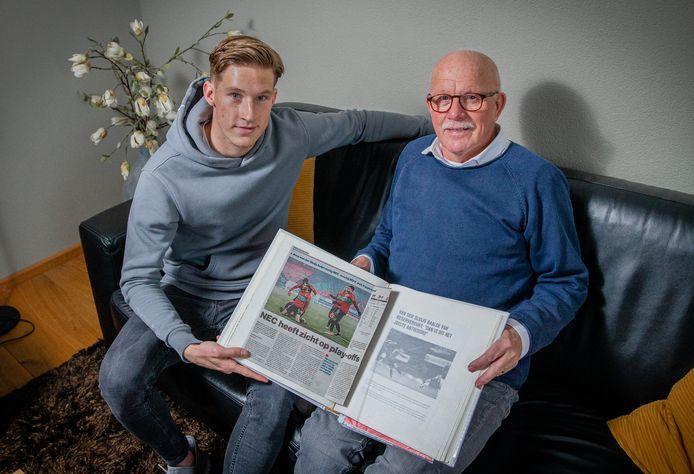 Joep van der Sluijs bekijkt samen met zijn opa Gerrie Gerrits een plakboek met hoogtepunten van Joep.