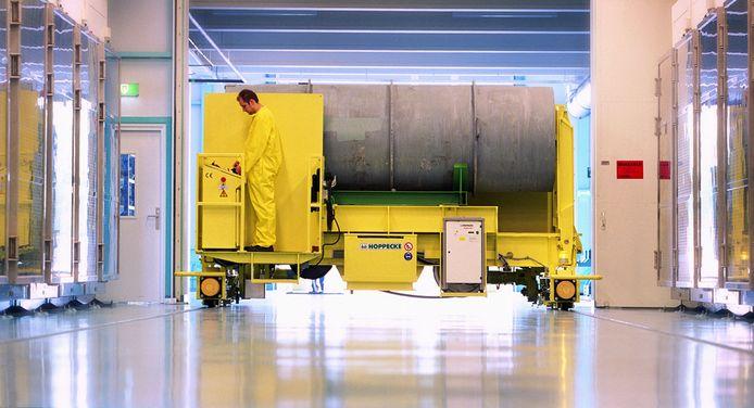 Medewerker van Urenco met een van de vaten met uranium.