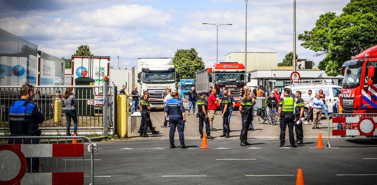 Een slachterij van vleesverwerker Vion in Apeldoorn is afgesloten door de politie vanwege een uitbraak van corona, 27 mei 2020.  Beeld ANP