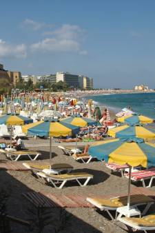 Kabinet neemt proef met vakantiereizen naar het buitenland, eerste naar Rhodos