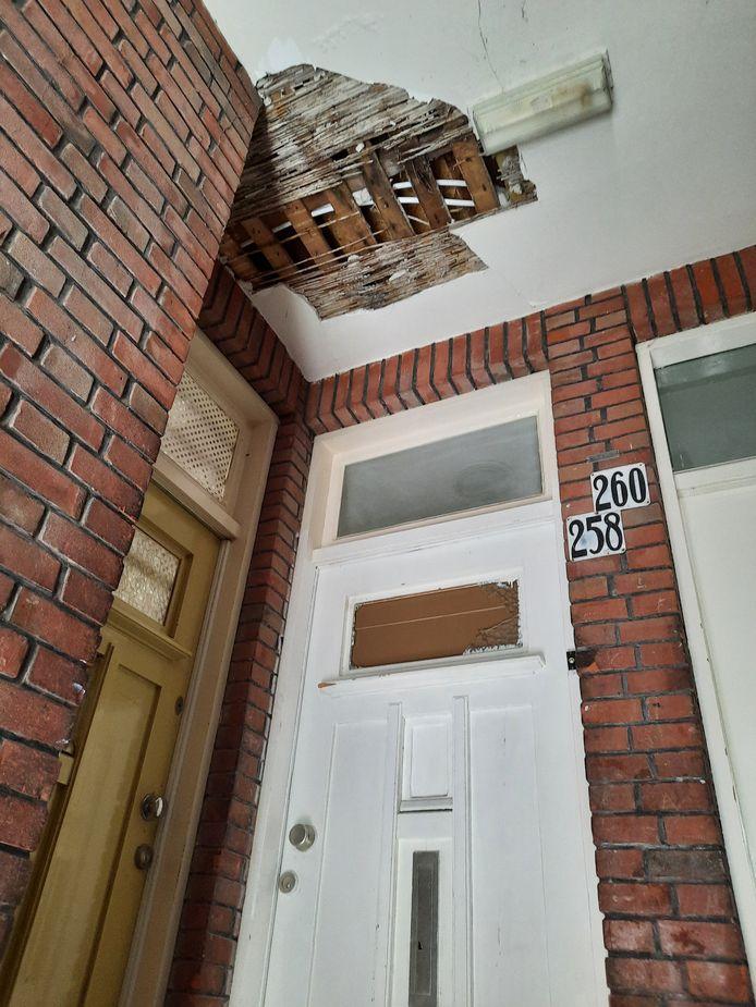 Het stucwerk in het portiek is naar beneden gevallen. Dat is het gevolg van de brand die enkele weken eerder woedde in de woning aan de Allard Piersonlaan in Den Haag.