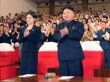 Wie is toch die mysterieuze vrouw die naast Kim Jong-un staat?