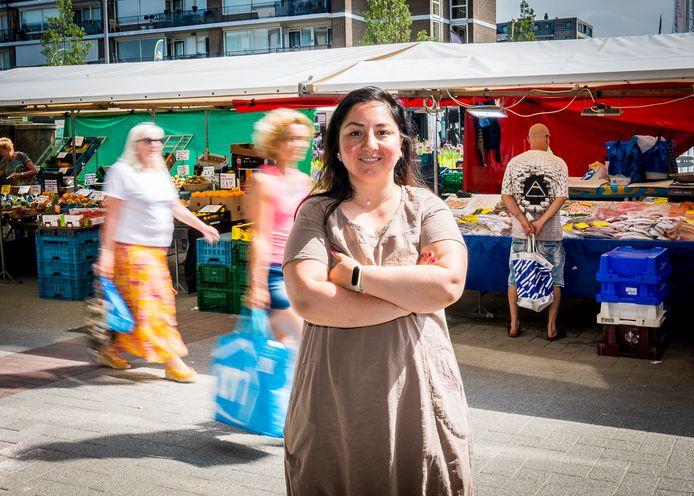 Vanessa Bruin, voorzitter van gebiedscommissie Prins Alexander, op de markt in Het Lage land: ,,De nieuwe opzet voor het wijkbestuur is inefficiënt. Dat moet je nu niet willen.''