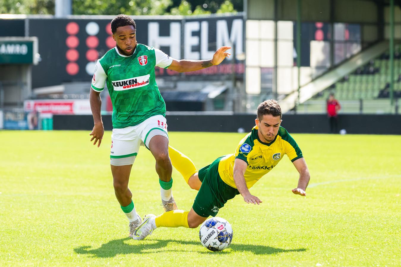 FC Dordrecht-speler Bradley Vliet (links) brengt Emre Celtik van Fortuna Sittard ten val.