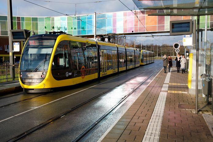 De sneltram van de Uithoflijn, ter hoogte van halte WKZ / Prinses Maxima Centrum. Opinieschrijver Wolfgang Spier stelt dat de sneltram niet leidt tot minder autogebruik.