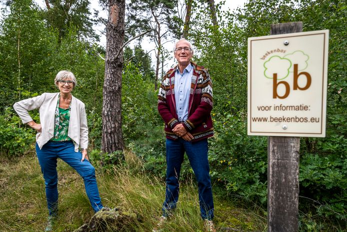 Barbara van Eeckhoutte en Joost van Beek bij het Beekenbos in Budel.