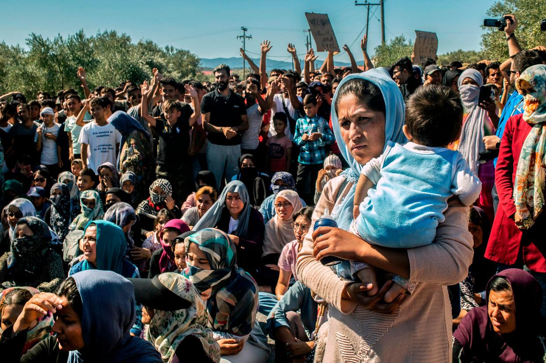 Migranten protesteren tegen de leefomstandigheden in het kamp Moria, op het Griekse eiland Lesbos. Beeld AFP