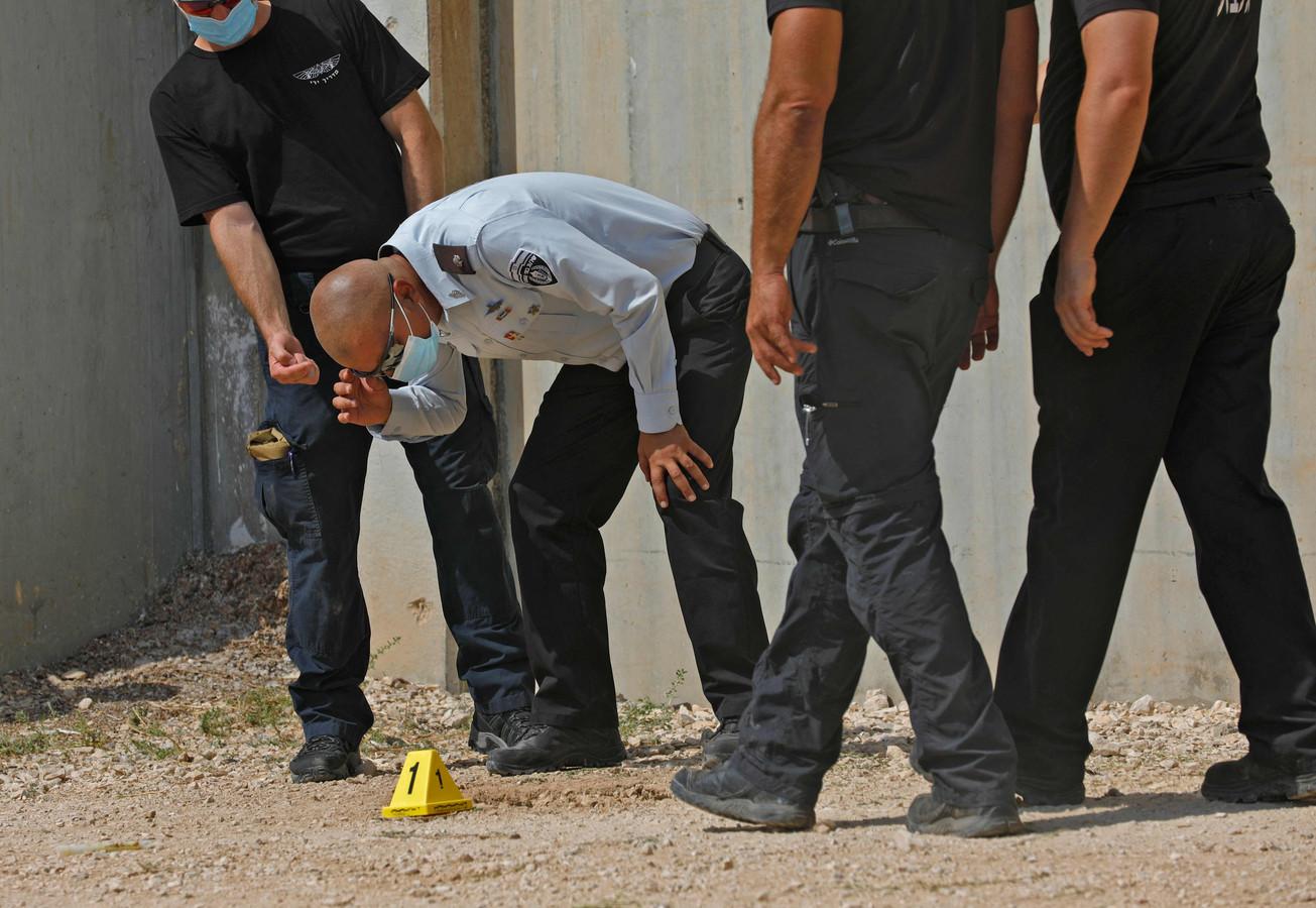 Hoofd van de Israëlische gevangenisdienst Arik Yaakov (M) bekijkt hde tunneluitgang buiten de gevangenismuur.