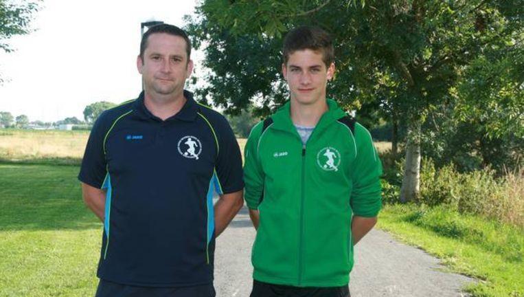 Trainer Koen Schamp met zijn zoon Robbe (15), die werd bedreigd met een mes. Hier staan ze op het pad achter de voetbalvelden waar de bende aast op voorbijfietsende jeugdspelertjes.