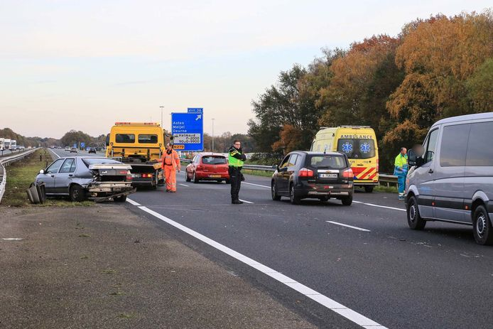 Auto botst tegen vangrail op A67 bij Asten