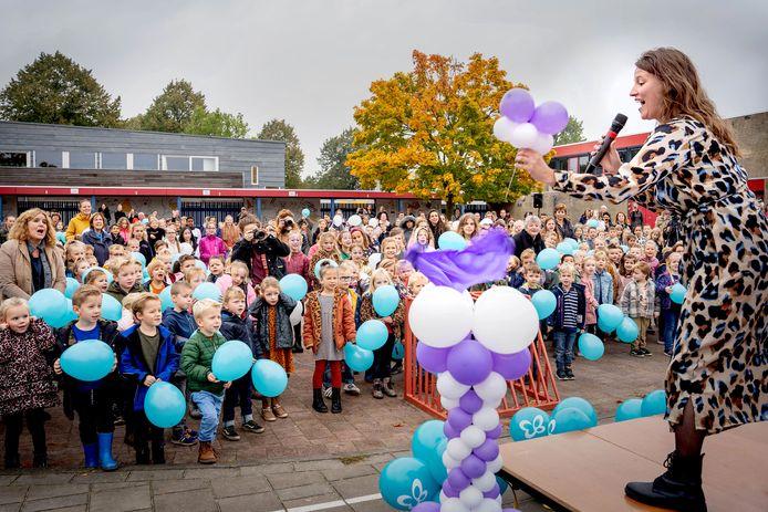 Wendy van Teeffelen, de moeder van Yade, heeft net een ballon doorgeprikt op het plein van basisschool De Buizerd in Wijchen. De handeling is het symbool van de landelijke actie Ogen Open voor EB, die bij De Buizerd werd afgetrapt.