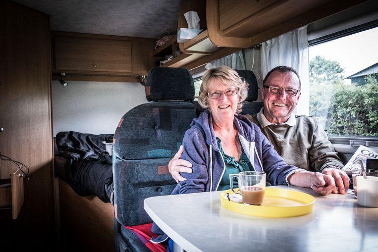 John en Jennifer Woodford zijn 52 jaar getrouwd. 'Het gaat goed met ons, maar jammer genoeg niet met ons land. Wij Britten zijn de draad kwijt.' Beeld Jonas Lampens