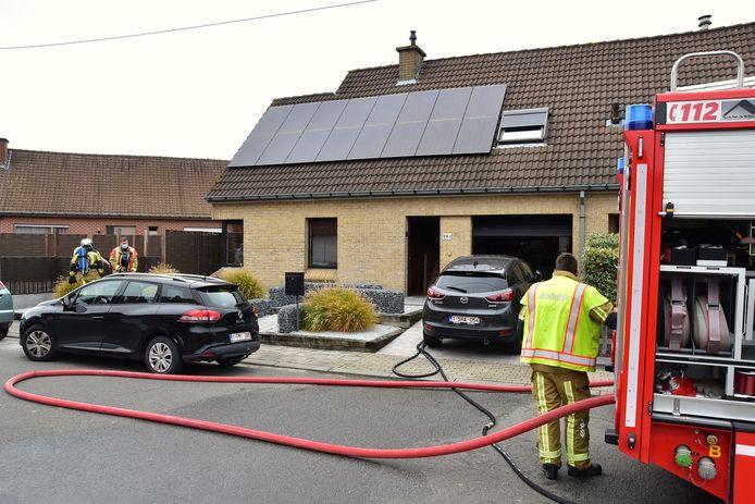 De brandweer was de situatie achter een woning langs de Pijplap in Gullegem in een mum van tijd onder controle.