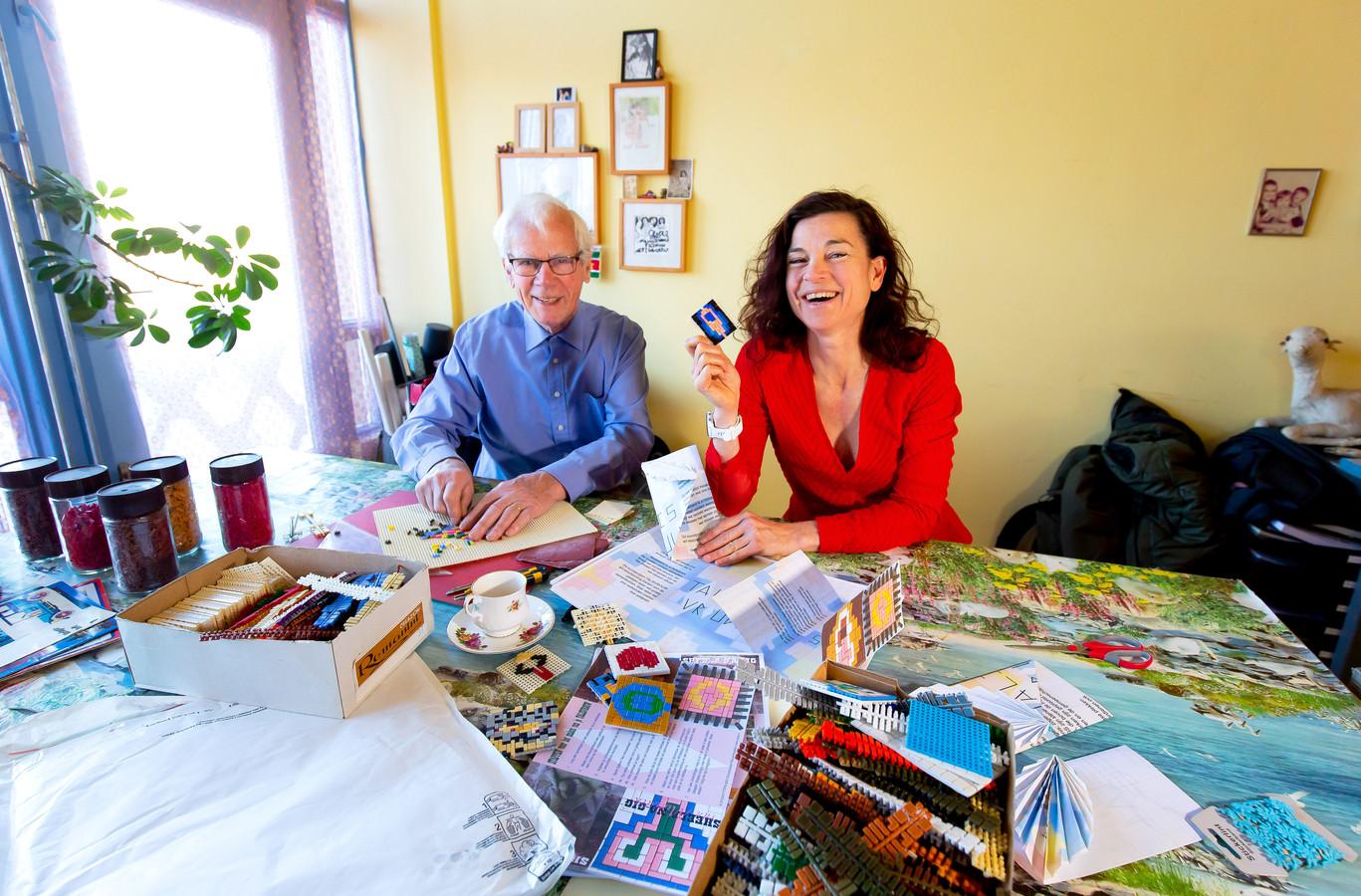 Yvonne Beelen en haar vader Harrie maken 'talisvrouwen' (kleine Ministeck-kunstwerkjes van vagina's).