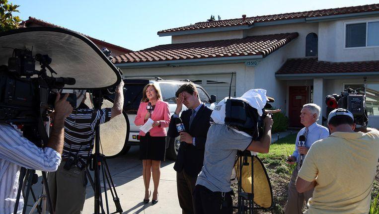 Media verdringen zich voor het huis waar de ouders wonen van James Holmes, de verdachte van de schietpartij in de bioscoop in Aurora afgelopen vrijdag. Beeld afp