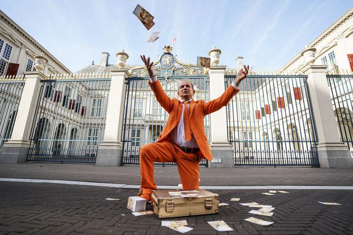 Oranjefan Johan Vlemmix kon het niet laten Prinsjesdag van dichtbij te bekijken.