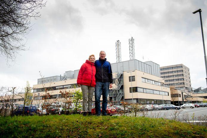 Roos en Hans Bruggenweerth hebben 'vreselijk last' van het geluid dat van het dak van het ziekenhuis komt. Zoals meer mensen in de buurt.