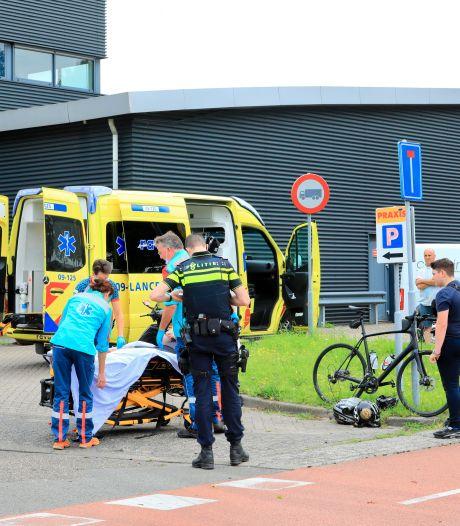 Wielrenner wordt in Amersfoort geschept door bestelwagen en moet naar ziekenhuis