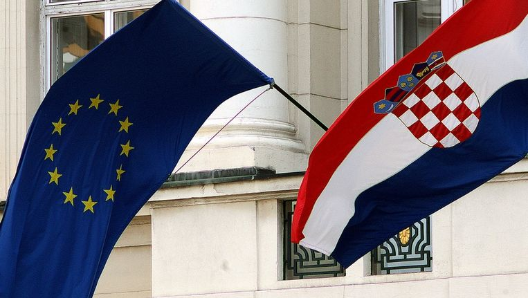 De EU-vlag en de Kroatische vlag wapperen naast elkaar in de Kroatische hoofdstad Zagreb. Beeld ANP