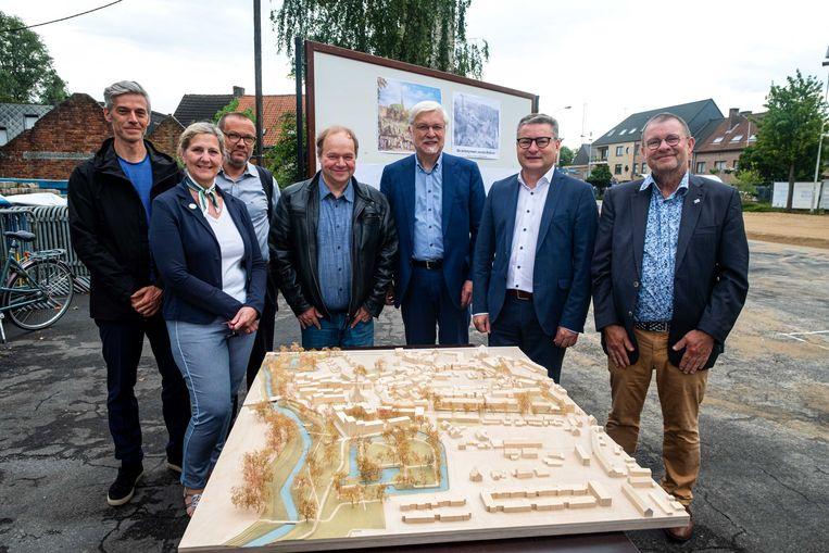 Vlaams minister Koen Van den Heuvel (tweede van rechts), een delegatie van het Schelse gemeentebestuur en een delegatie van de Vlaamse Landmaatschappij (VLM) stellen de ontwikkelingen in de vallei van de Benedenvliet voor.