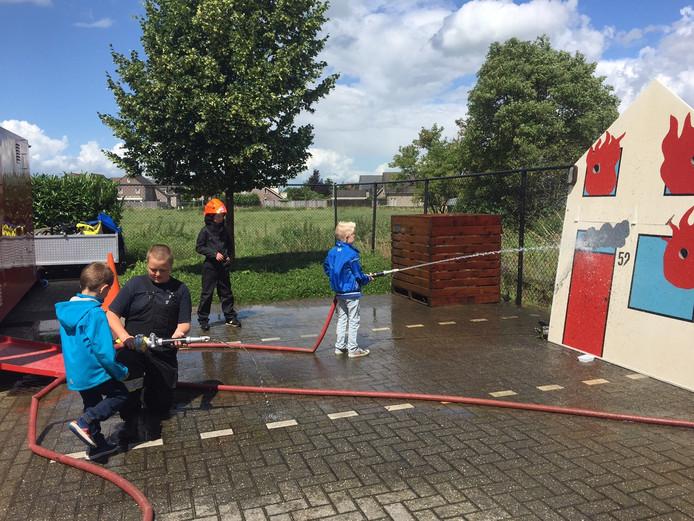 De kinderen konden zelf alvast oefenen als brandweerman.