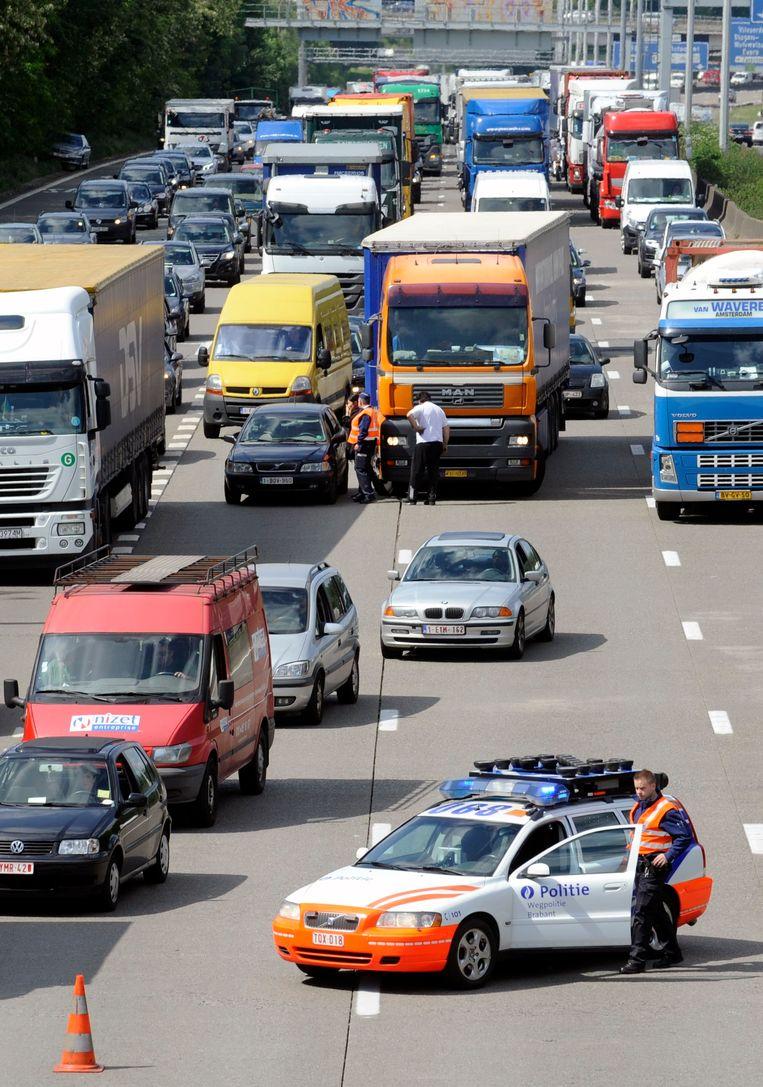 Een politiewagen op de Brusselse ring na een ongeval. De wegpolitie slaagt er alsmaar moeilijker in goede assistentie te bieden, omdat de agenten voortdurend van hot naar her moeten uitrukken. Beeld Photo News