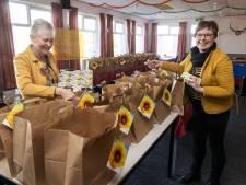 Zonnebloem deelt pakketten uit in Zenderen, maar het praatje aan de deur is soms belangrijker