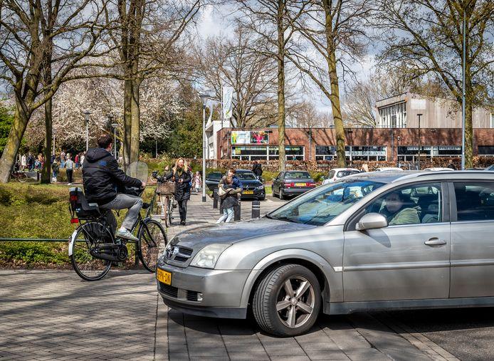Het ophalen en wegbrengen van kinderen, zoals hier bij basisschool 't Hout in Helmond, kan zorgen voor verkeerschaos of onveilige situaties.