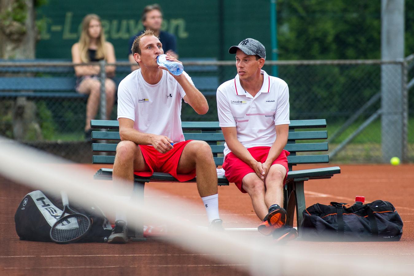 Thiemo de Bakker (links) op de bank met coach Bjorn Graven, eerder dit seizoen in de eredivisie.