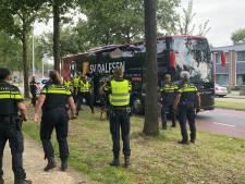 Rumoer in Deventer: politiemacht begeleidt sv Dalfsen-bus de stad uit