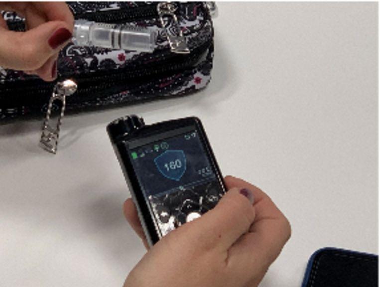 De insulinepomp wordt aangestuurd  door een draagbare processor, waarnaar de  sensor ook de gemeten glycemiewaarden stuurt.