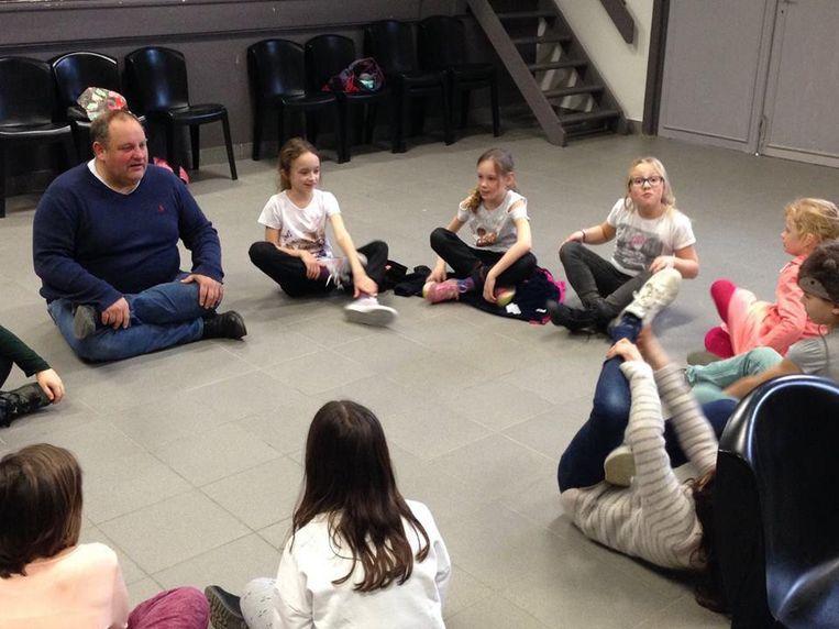 Acteur Kris Swinnen tijdens een kringgesprek met de kinderen.
