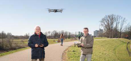 Dronebeelden van 'Rondje Wageningen' in beeld bij de bieb: 'Op zo'n manier krijg je de stad nooit te zien'