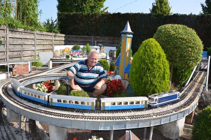 Lucien De Wit uit Eksaarde toverde zijn tuin om tot een treinparadijs.