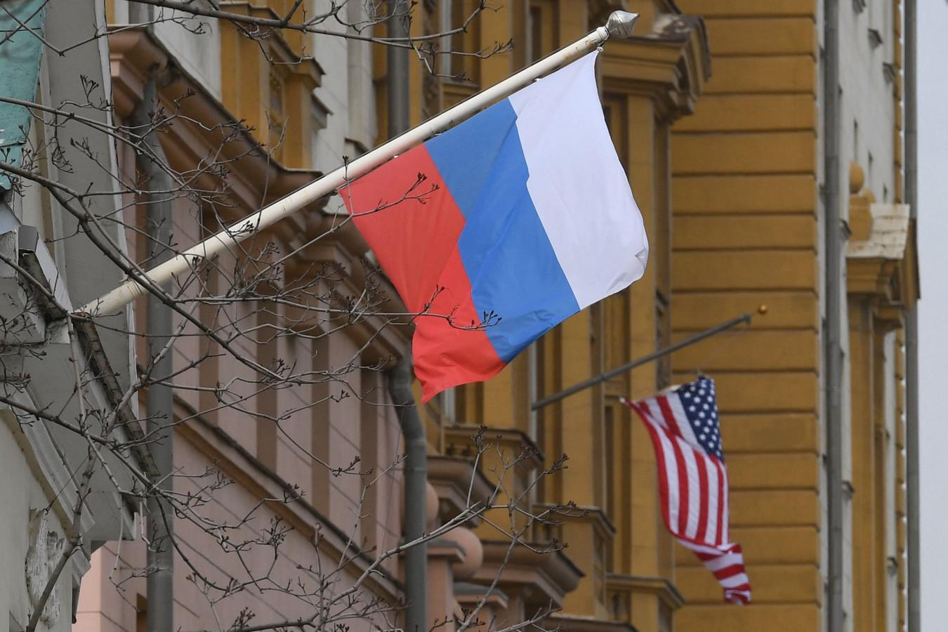 Een Russische vlag naast de Amerikaanse ambassade in Moskou.
