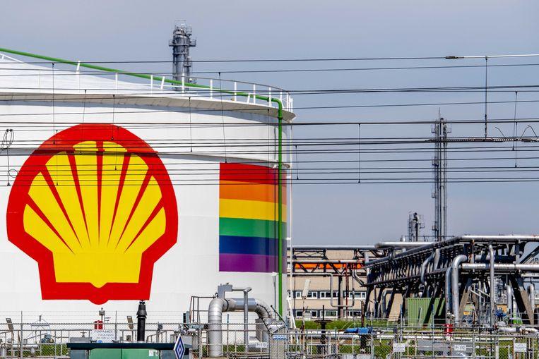 Een opslagtank van Shell in Pernis. Het gas-en olieconcern leed vorig jaar een recordverlies van 21,7 miljard dollar. Beeld EPA