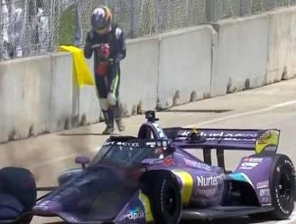 Half jaar geleden verbrandde hij bijna levend in F1-bolide, nu blijft Grosjean wel héél kalm wanneer wagen weer vuur vat