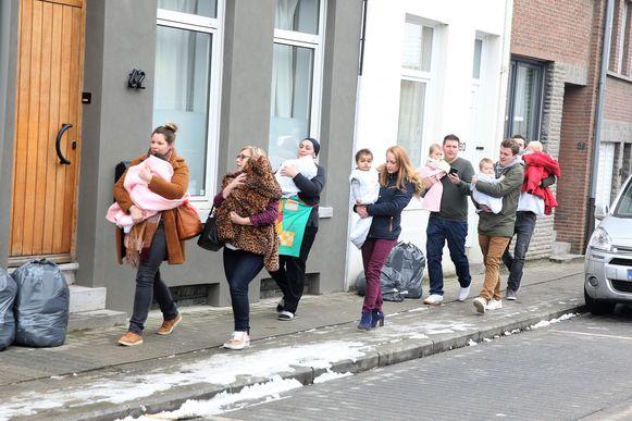 De jongste kindjes van het kinderdagverblijf op de OLV-site in Sint-Genesius-Rode worden goed ingeduffeld wanneer ze opnieuw naar de crèche overgebracht worden na de evacuatie.