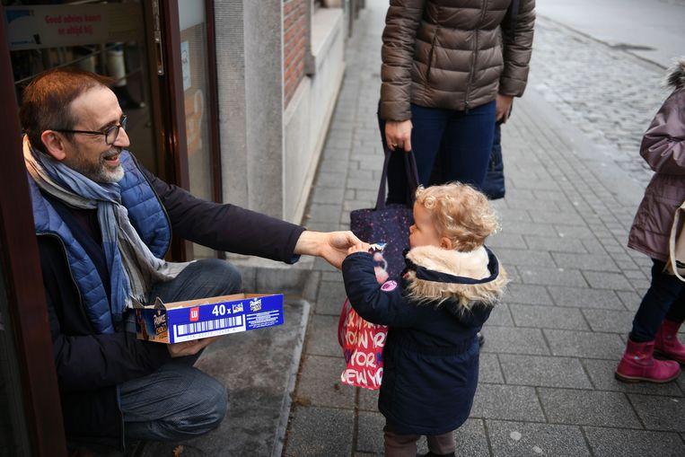 Kinderen die koeken zingen overheersen het straatbeeld in Tremelo. Bij apotheek Naegels kwamen de kleinsten enthousiast een Choco Prince vragen.