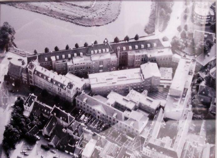 Een luchtfoto van het complex met het voormalige Paleis van Justitie en het oude Huis van Bewaring.