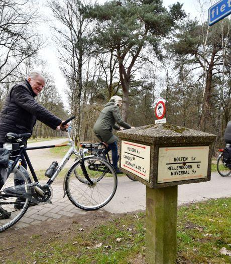 Paddenstoel aan Eekhoornweg bij Holten krijgt op hoge leeftijd een flinke promotie