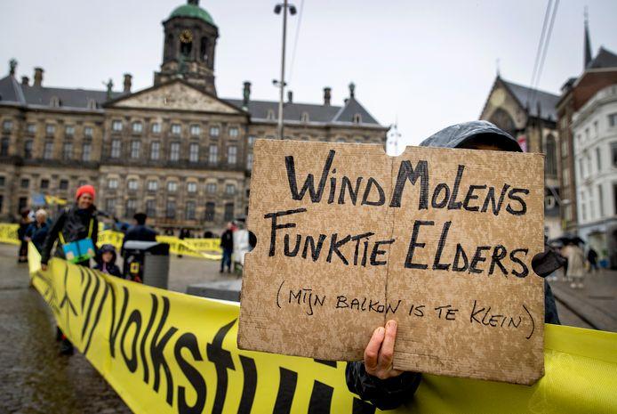 Tegenstanders van de komst van megawindturbines in de buurt van woningen en natuur voeren actie in Amsterdam (mei 2021).