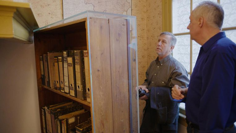 Oud-FBI-agent Vince Pankoke en onderzoeker van de Anne Frank Stichting Gertjan Broek bij de boekenkast die de entree naar het Achterhuis aan het zicht onttrekt. Beeld Tijo Oost